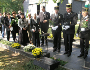 Burial of Herman van Hasselt next to the memorial stone on the former camp ground