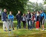 Sch�ler betrachten bei einer F�hrung durch die KZ-Gedenkst�tte das Fundament der ehemaligen Latrine.