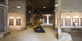 Blick in die Ausstellung in der Scheune, die ehemalige Häftlingsunterkunft