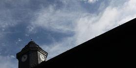 Blick zur Turmuhr auf der Scheune, die ehemalige Häftlingsunterkunft