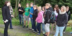 Beim Vortrag vor einer Schülergruppe