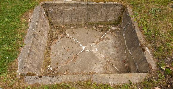 Die Kartoffelschälgrube aus Beton ist noch erhalten.