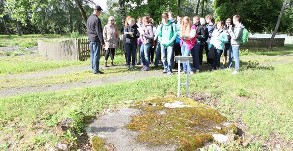 Fundamente der ehemaligen Leichenhalle, im Hintergrund eine Schülergruppe