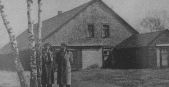 Archivfoto - Ehemalige Häftlinge an den Marterbirken