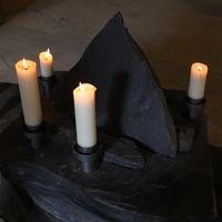 Schieferaltar mit brennenden Kerzen, Ansicht von oben