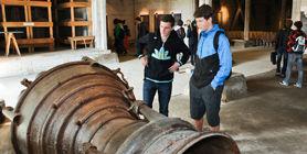 Schüler besichtigen ein Triebwerk in der Ausstellung der Gedenkstätte